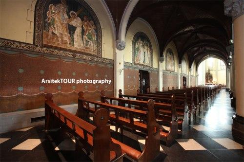 Lukisan jalan salib yang letaknya di dinding sebelah kanan dan kiri ruangan gereja.